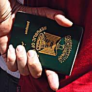 STOCKHOLM: Fšrbannade irakier vŠntar pŒ sina pass vid irakiska ambassaden pŒ Baldersgatan i Stockholm