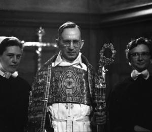 1961 Ärkebiskop Gunnar Hultgren viger diakoner.