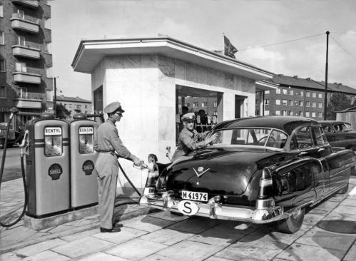 Tidig bemannad bensin bensinstation Mack sept 1953 - märket Shell vid Dalaplan vid södra infarten till Malmö Malmö Gamla Malmö Bensinstationer 1953 Malmö Gamla Malmö Trafik Bilar 1953 Malmö Gamla Malmö Torg Dalaplan 1953