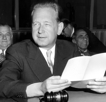 TT-lör-fnchefer Välkommen till världens mest omöjliga jobb. Den hälsningen mötte Dag Hammarskjöld när han blivit generalsekreterare i FN 1953. Nu är det dags att utse en ny generalsekreterare till jobbet, som om möjligt blivit ännu mer omöjligt. --- Dag Hammarskjöld, generalsekreterare i FN, erhöll Nobels fredrpris postumt 1961, samma år som han omkom i en flygolycka över Kongo. Hammarskjöld och Karlfeldt är de svenskar som erhållit Nobelpriset efter sin död. Här ses han under en presskonferens i New York 1955. Foto: SCANPIX SWEDEN Kod: 450 COPYRIGHT SCANPIX SWEDEN