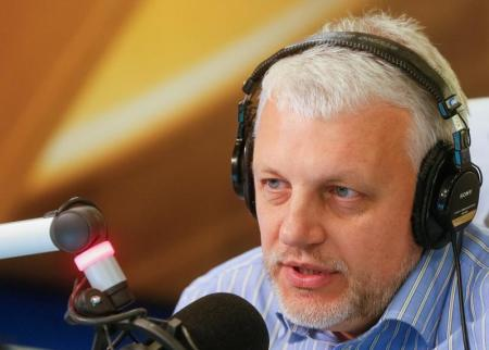 Journalist Pavel Sheremet talks on the air at a radio station in Kiev, Ukraine, October 11, 2015. Picture taken October 11, 2015. REUTERS/Valentyn Ogirenko - RTSIT1C